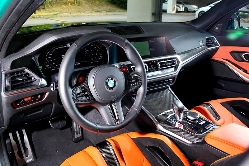 座艙與一般3系列相同,但鮮橘配色與碳纖維就營造強烈性能氣息。