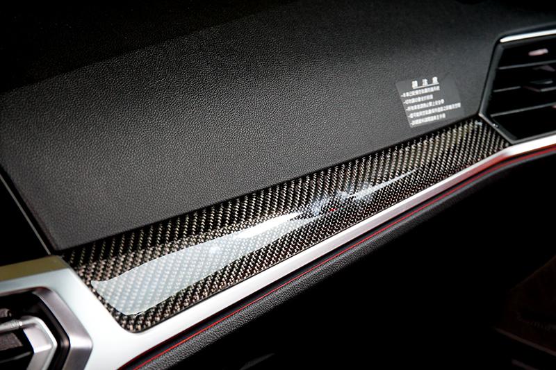 儀表平台與排檔座等處的碳纖維飾板也是Racing Package套件配備之一。