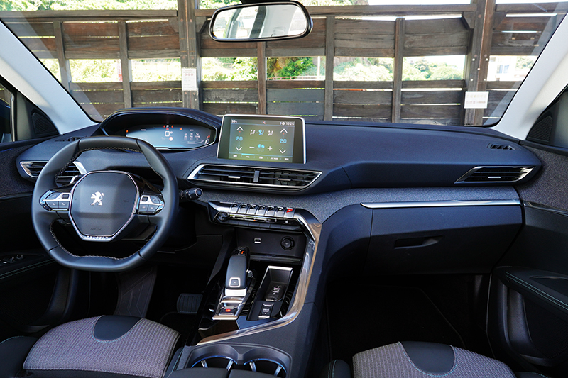Peugeot新世代的 i-Cockpit® 駕駛導向的科技座艙,首先映入眼簾的是小盤徑附換檔撥桿的方向盤、可自行設定的 12.3 吋全彩數位儀錶 、觸手可及的八吋 HD 中央彩色觸控螢幕,無論設計、質感與便利性都有絕佳表現。