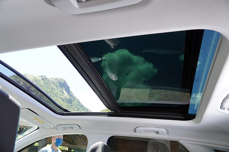 大面積天窗一向是Peugeot的重點配備。