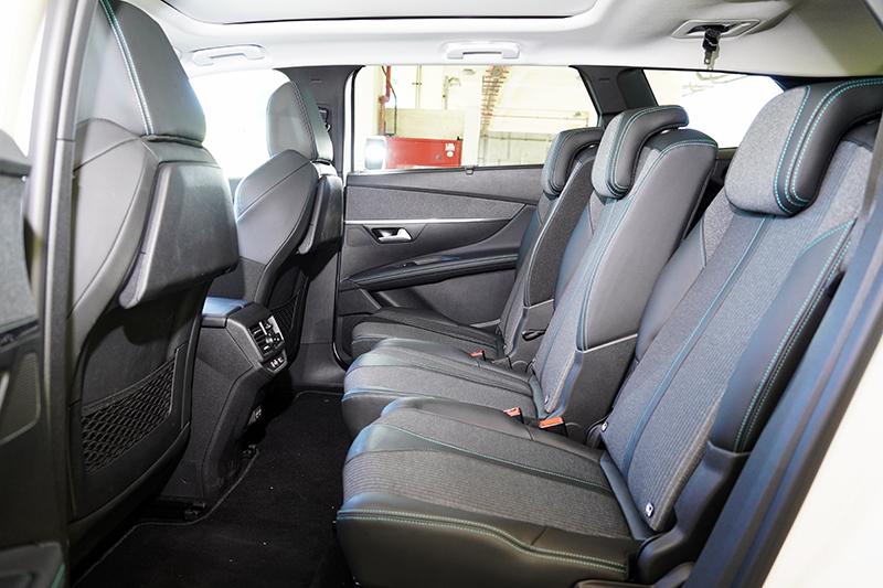 5008第二排採三張獨立座椅設計,皆可獨立前後滑移與調整椅背頃角。