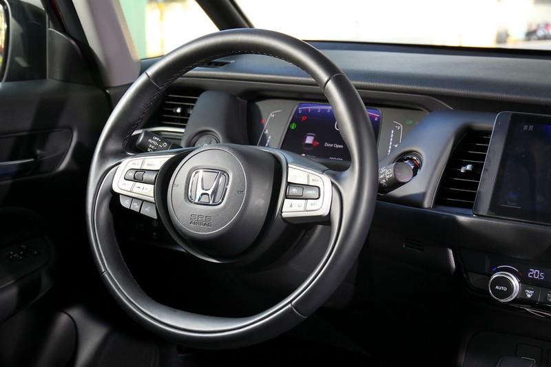 真心稱讚方向盤兩側的象牙白飾板的好質感,也讓車室氛圍進階至另一層次。