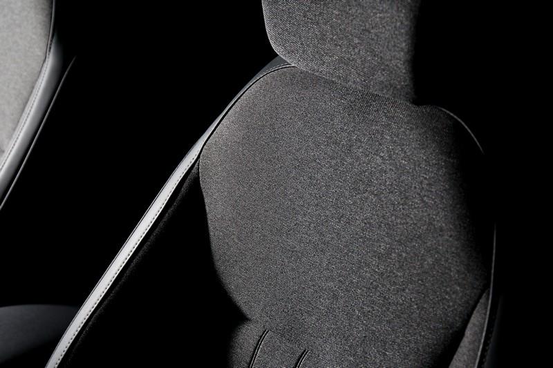 皮布雙織座椅的Natural Textile透氣親膚材質織布,帶來宛如單寧布料的溫潤好質感,頗有幾分文青風聯想。