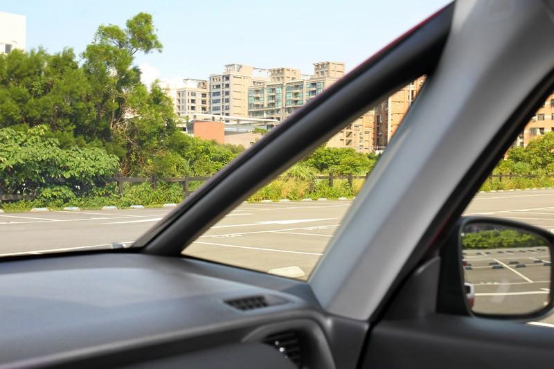 全新Honda FIT擁有前所未見最大化A柱三角窗設計,甚至連水平傾斜角度都算得巧妙,因而讓視野更加放大。