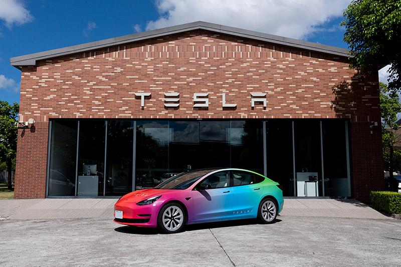 Tesla 致力於推進公司的多元化與包容性,也希望透過長期舉辦「Drive with Pride 與驕傲同行」活動,一步步匯聚「改變」的力量。