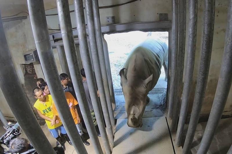 【車勢星聞】《綜藝新時代》主持人浩角翔起、籃籃與來賓何美帶大家造訪高雄壽山動物園當一天的動物飼育員。(圖:民視提供)