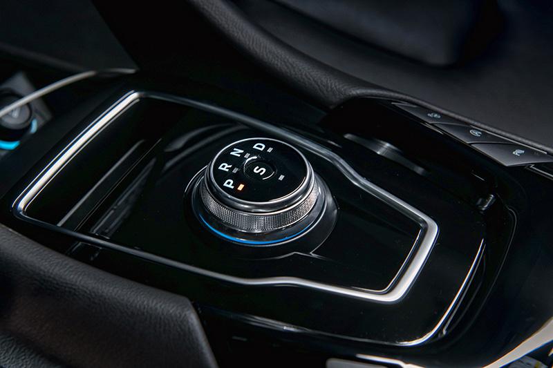 搭載之SelectShiftTM 8 速手自排變速箱,具換檔撥片設計與E-Shifter 電子式旋鈕排擋。