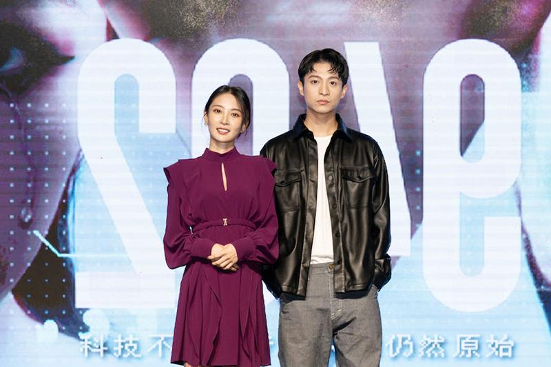 【車勢星聞】李亦捷(左)在《2049》「幸福話術」單元和呂晉宇有浪漫對手戲。(圖:瀚草影視提供)