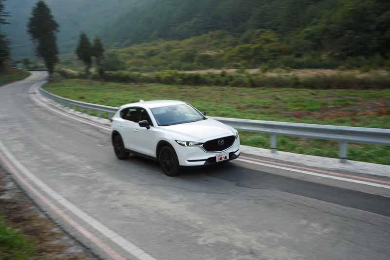 CX-5相較同級距對手擁有較為運動化的獨立懸吊設定,山路上的晃動感比起傳統SUV小上許多
