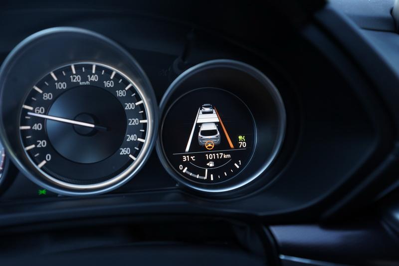 LDWS功能在偏移車道標線時系統會適時將車身拉回並以警示音提醒駕駛