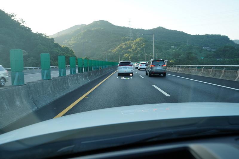 HUD抬頭顯示器會顯示車距調整與時速設定的相關訊息