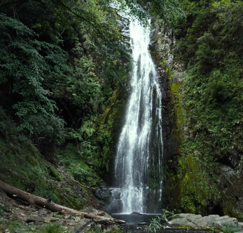 山瀑布又名煙聲瀑布,據傳是在遠處便能聽到流淌而下的水聲及如煙般的水氣得名