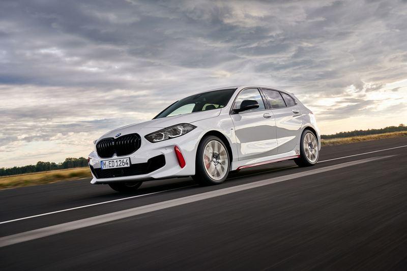 BMW 128ti搭載2.0升渦輪引擎,265hp/40.8kgm、0~100km/h加速6.1秒。
