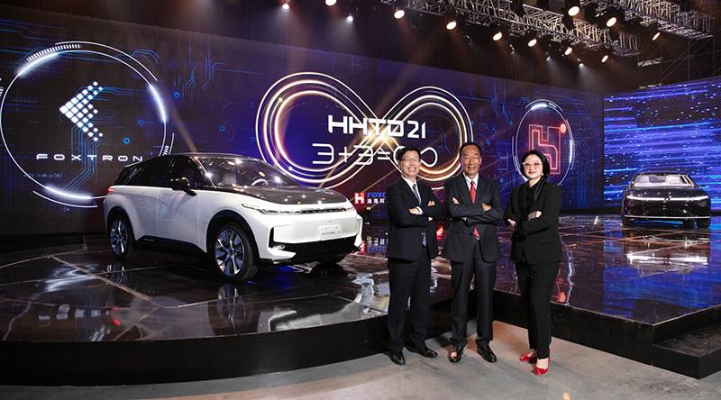 在「鴻海科技日Hon Hai Tech Day 」(HHTD21)中裕隆集團董事長嚴陳莉蓮、鴻海集團創辦人郭台銘與鴻海集團董事長劉揚偉〈右起〉共同展現「MIH電動車開放平台」具體成果!