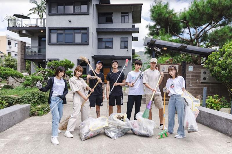 【車勢星聞】《全明星觀察中》為社區打掃體驗清潔人員辛苦。(圖:好看娛樂提供)