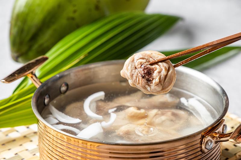 「樂多多集團」再推出鍋物新品牌《追樂-職人椰子雞鍋》。(圖:品牌提供)