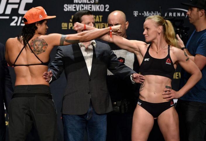 UFC 213:フェイスオフに臨んだアマンダ・ヌネスとワレンチナ・シェフチェンコ【アメリカ・ネバダ州ラスベガス/2017年7月7日(Photo by Jeff Bottari/Zuffa LLC/Zuffa LLC via Getty Images)】
