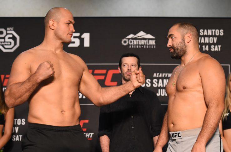UFCファイトナイト・アイダホ:公式計量後のフェイスオフに臨んだジュニオール・ドス・サントスとブラゴイ・イワノフ【アメリカ・アイダホ州ボイシ/2018年7月13日(Photo by Josh Hedges/Zuffa LLC)】