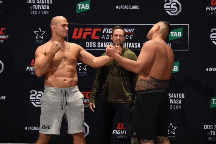 UFCファイトナイト・アデレード:フェイスオフに臨んだジュニオール・ドス・サントスとタイ・トゥイバサ【オーストラリア・アデレード/2018年11月30日(Photo by Jeff Bottari/Zuffa LLC/Zuffa LLC via Getty Images)】