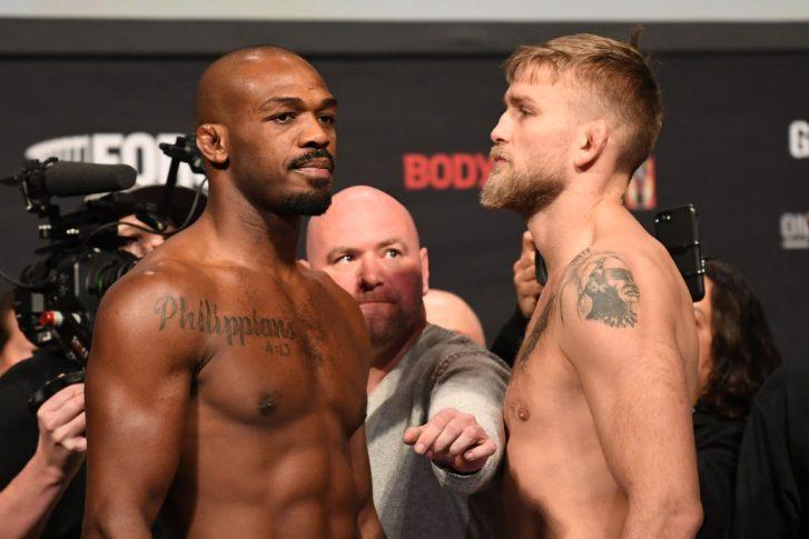 UFC 232:フェイスオフに臨んだジョン・ジョーンズとアレクサンダー・グスタフソン【アメリカ・カリフォルニア州イングルウッド/2018年12月28日(Photo by Josh Hedges/Zuffa LLC/Zuffa LLC via Getty Images)】
