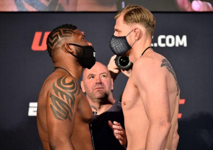 UFCファイトナイト・ラスベガス 3:公式計量後のフェイスオフに臨んだカーティス・ブレイズとアレクサンドル・ボルコフ【アメリカ・ネバダ州ラスベガス/2020年6月19日(Photo by Chris Unger/Zuffa LLC)】