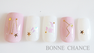 星空を感じさせる星座デザインのネイル。 ピンクで女の子らしい色味でも涼しげな水色にカラーチェンジしても夏らしい!