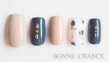 ランダムなブチ柄がポイントの秋口にぴったりなネイルデザインです。 フランスの色彩をイメージした、フレンチポップに楽しんで。