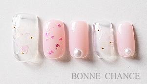桜をイメージしたニュアンスネイルです。 桜吹雪のようでとても綺麗なネイルアートですね。