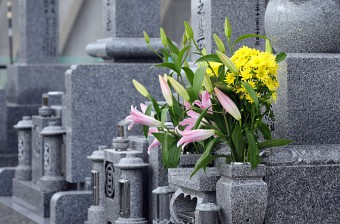 墓地にて花を供えられた墓