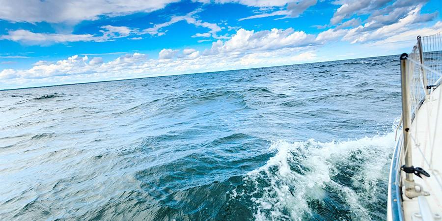 船上から臨む海