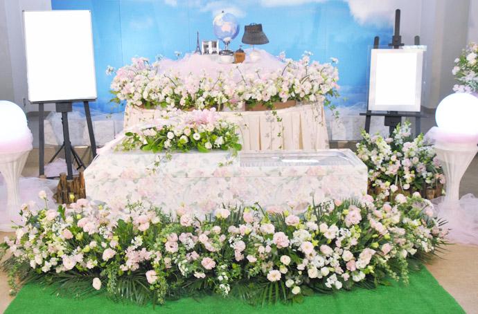 """お葬式に""""故人らしさ""""を加える「花祭壇」"""