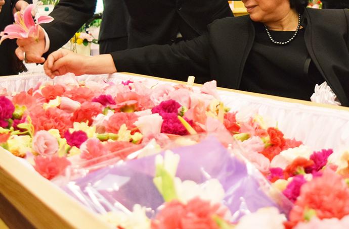 お葬式のBGMはスタンダードに。選曲やマナーのポイントとは?