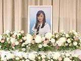 本物の葬儀と同様に、亡くなった方のイメージに合ったお花いっぱいの祭壇