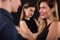 """付き合っているのに「彼に言い寄る女性の心理」とは?""""賢い女""""の対処法"""