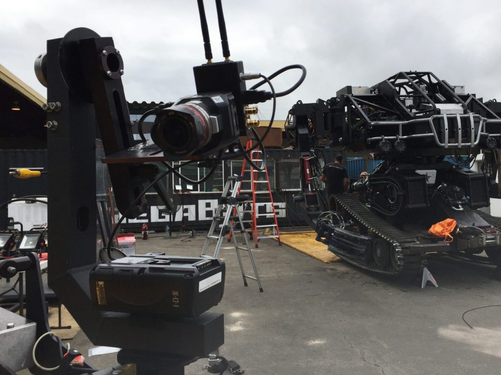 MegaBots のウェブシリーズの撮影で、Blackmagic Design の Micro Cinema Camera を使用