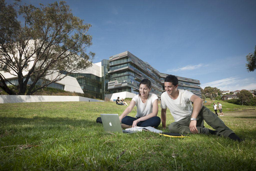 メルボルンのビクトリア大学、 オーストラリア初の認定DaVinci Resolveトレーナーに