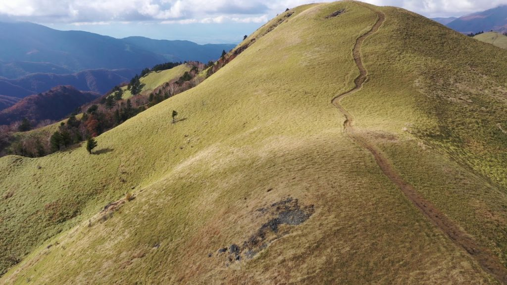【Views】『霧ヶ峰2018』2分52秒~秋が始まる霧ヶ峰高原を雄大に描く。 真上から見た曲がりくねった道路のショットが印象的