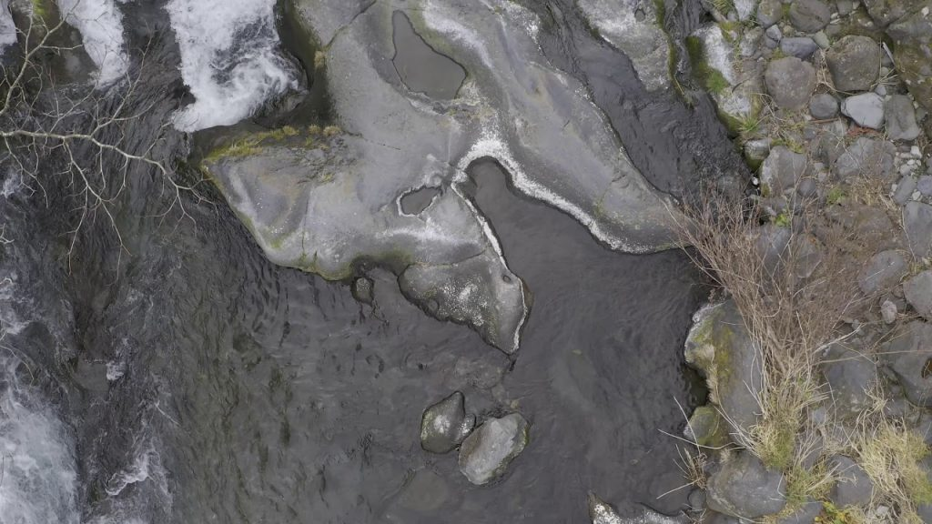 【Views】『白糸の滝』2分14秒〜「じっくり見せる」をコンセプトに静かにドローンが進む。めずらしい滝の落ち際の真上からのショットはドキッとさせられる