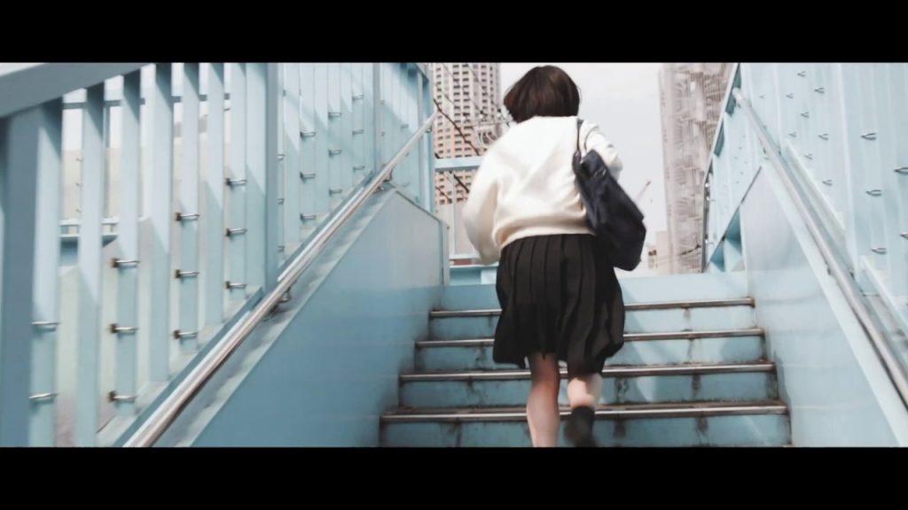 【Views】656『「女子高生、遅刻の言い訳」』1分35秒〜タイトル通りの作品なのだが、見ている側も一緒になってそわそわ、いろいろ一緒に考えたくなる