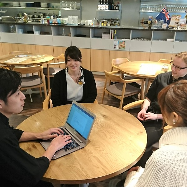 原宿のカフェで海外渡航のキャリアカウンセリング