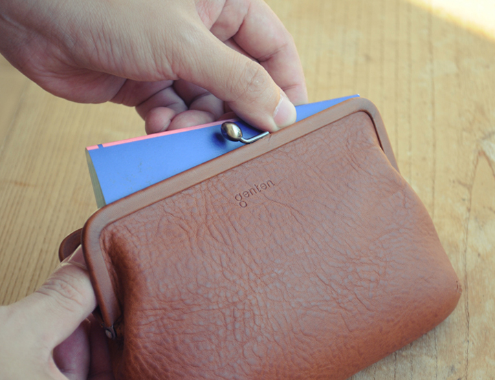 373da0f25e2c ポーチは、物の出し入れの際に引っかかりが気にならないよう、中にポケットや仕切りは設けずシンプルなつくりです。通帳やパスポートなどがすっきりと収まるサイズで、  ...