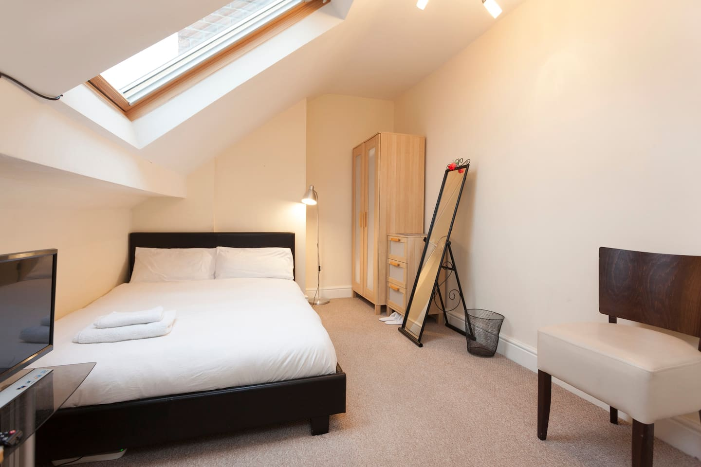 . Book   STUNNING MODERN DOUBLE BEDROOMS  at the best deal Find the
