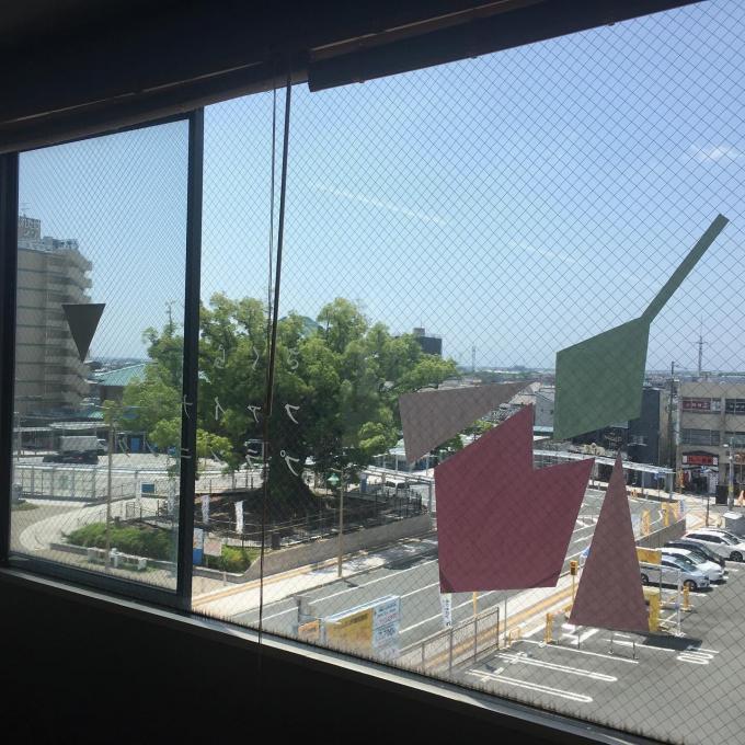 磐田駅前広場を一望できます。大きな楠があります。のイメージ
