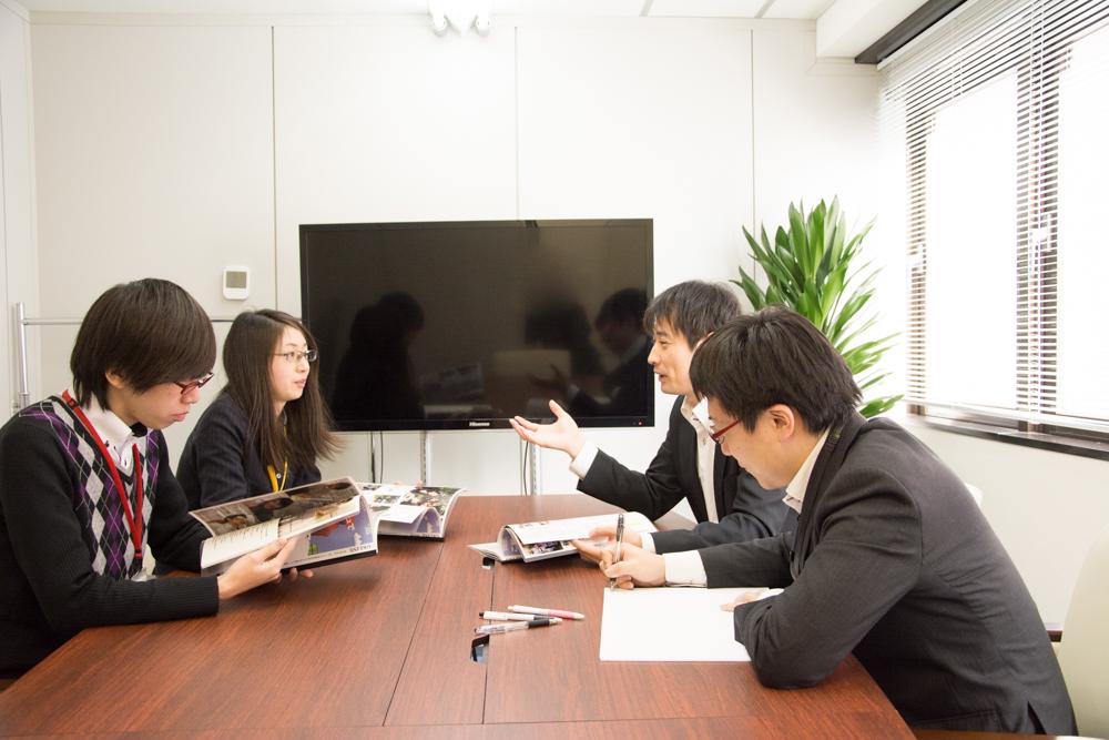 会議室で社内報についてのミーティング