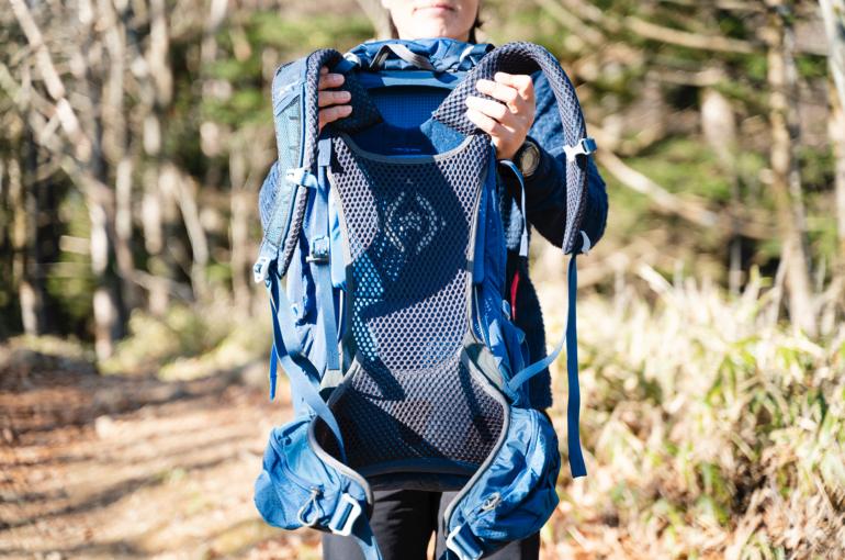 背面パッドは、背中のフィット感を高め、接着面が汗で張り付くのを防いでくれる
