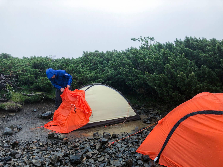 雨の日のテント設営