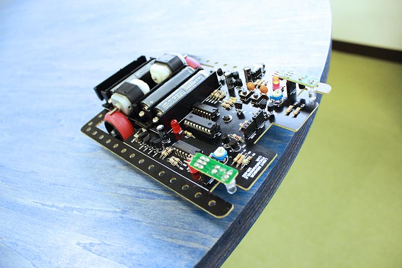 【電子工作】光センサーを使って、ぶつからないロボットカーをつくろう!