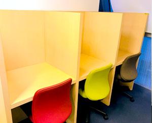 一人で集中したいときのための個別席があります。