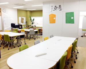 明るいオフィスのような空間づくりを大切にしている就労移行支援事業所です。