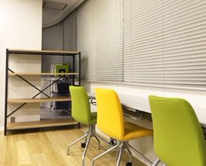 一人で集中したいときは、壁向きの席をご使用いただけます。